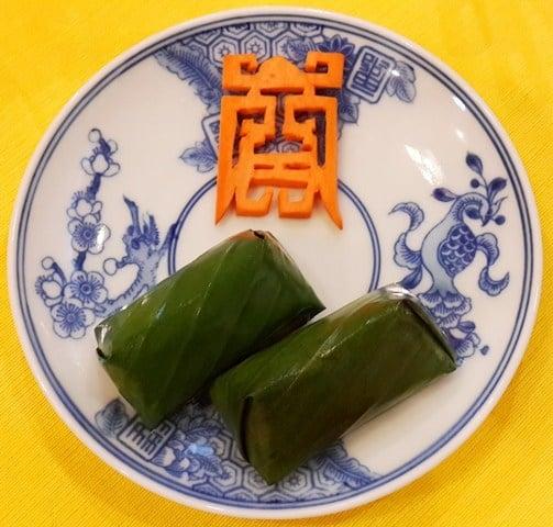 Bánh kê làm từ loại kê vàng nhỏ hột đúng mùa của Huế (là loại kê thơm dẻo nhất). Bánh có nhân chay gồm: đậu xanh, đậu khuôn và nấm hương rừng.