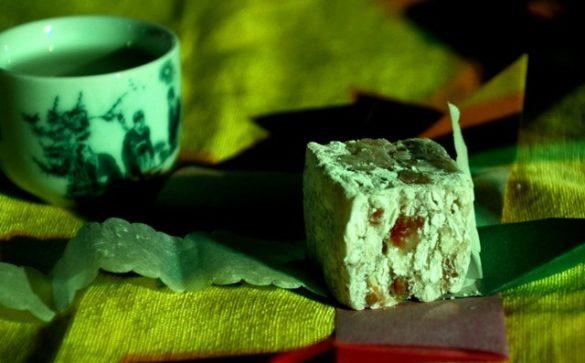 Bánh màu pháp lam là loại bánh màu có khuôn bên ngoài bằng giấy ngũ sắc của làng Thanh Tiên với bảng màu chính sắc trong nghệ thuật pháp lam Huế.