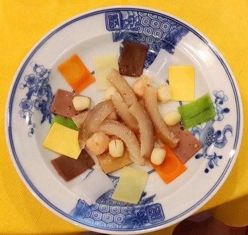 Hải sâm nấu với tôm ba oản và rau củ. Hải sâm được chọn để nấu phải là hải sâm Phú Quốc, tôm ba oản là một loại tôm rêu, viên tròn nhỏ.