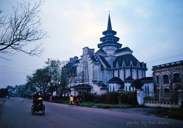 Nhà thờ Dòng Chúa Cứu Thế ở Huế năm 1990.