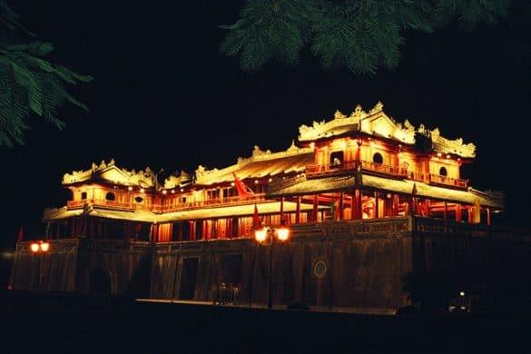 """Bên cạnh đó, Đêm Hoàng Cung, tái hiện một số khía cạnh của đời sống cung đình nhà Nguyễn cũng đã được đưa vào chương trình phục vụ khách du lịch nhiều năm nay. Đây cũng là một lễ hội chính tại các kỳ Festival Huế. Tại đây, du khách được chiêm ngưỡng vẻ đẹp qua trình diễn trang phục các dân tộc của một số nước châu Á hay thưởng thức Dạ nhạc tiệc tại sân điện Cần Chánh với các món ăn được chế biến và trình bày theo phong cách cung đình Huế xưa và nghệ thuật diễn xướng âm nhạc, trang phục cung đình Huế. Đặc biệt, vào các kỳ Festival Huế, hoạt cảnh rước """"Công chúa về dinh"""", """"Ký ức cung nữ"""" càng làm cho Đêm Hoàng Cung thêm hấp dẫn và sinh động."""