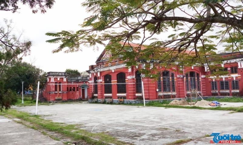 Ngoài không gian dành cho học tập, trong khuôn viên trường còn có khu thi đấu thể thao đa năng, hồ bơi… dành cho học sinh.