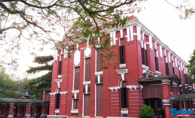 Hiện nay, trường được Chính phủ chọn để xây dựng thành một trong ba trường THPT chất lượng cao của Việt Nam (cùng với trường Lê Hồng Phong tại TP HCM, trường Chu Văn An tại Hà Nội)