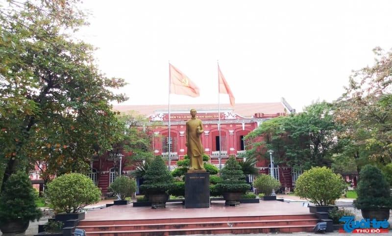 Tháng 9/1989, giữa sân trường đặt bức tượng Nguyễn Tất Thành bằng thạch cao và ngày nay đã được phủ đồng để tưởng nhớ Chủ tịch Hồ Chí Minh