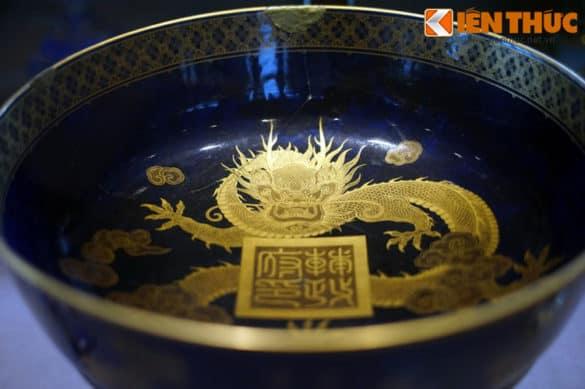 Chiếm mâm bồng hiệu Rivoli có hình rồng vàng này, quà của Phủ Phụ chính đặt làm tại Pháp năm 1915 để tặng vua Duy Tân.