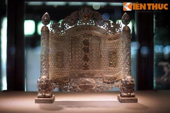 Trấn phong Phúc Lộc Thọ Toàn làm bằng bạc của cung đình nhà Nguyễn. Trong kiến trúc Huế xưa, trấn phong là một vật dụng dùng để che chắn trong nội thất của công trình kiến trúc.