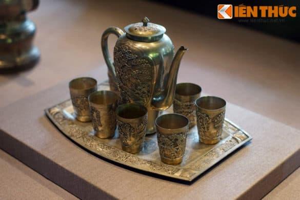 Bộ ấm chén bằng bạc gồm ấm, 8 chiếc chén và khay đựng của cung đình nhà Nguyễn.