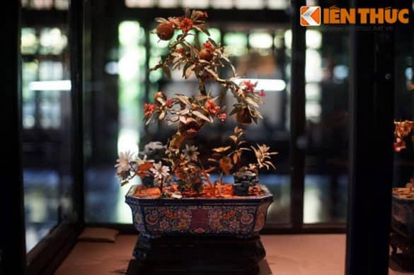 """""""Cành vàng lá ngọc"""" là một dạng cổ vật đặc biệt, từng hiện diện rất nhiều trong các cung điện, lăng tẩm vua chúa ở Huế. Đúng như tên gọi, các cành cây được dát vàng, hoa và lá làm từ đá ngọc."""