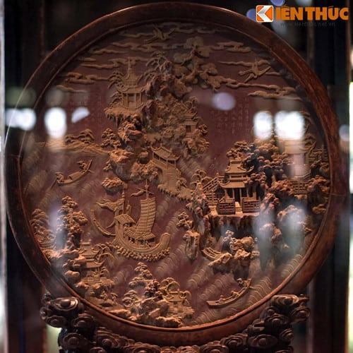 Bề mặt một phù điêu gỗ được chạm khắc hết sức tinh xảo, hiện vật từng được đặt trong cung điện của triều Nguyễn.