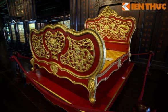 Vua Khải Định (1885-1825) là một ông vua nổi tiếng với cuộc sống xa hoa của nhà Nguyễn. Ngày nay còn khá nhiều cổ vật gắn với cuộc sống của vị vua này được lưu giữ. Một trong số đó là một chiếc long sàng kiểu Đông - Tây kết hợp trang trí mô típ rồng vàng rực rỡ.