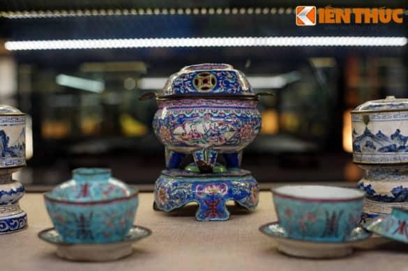 Những món đồ pháp lam của cung đình nhà Nguyễn. Pháp lam Huế là tên gọi của những sản phẩm được làm bằng đồng hoặc hợp kim đồng, trên bề mặt được tráng men trang trí nhiều màu, một nghề thủ công đặc thù gắn với vương triều Nguyễn.
