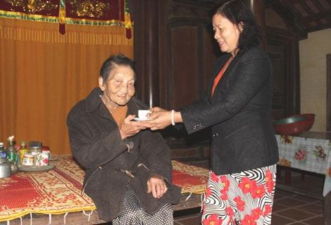 Dù đã 98 tuổi nhưng cụ Nguyễn Thanh Thị Hén ở làng cổ Phước Tích vẫn rất minh mẫn.