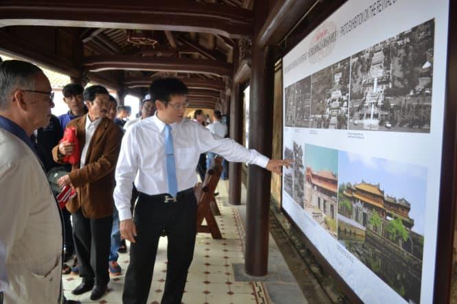 Du khách đang xem triển lãm tại Trường Lang Đại Cung Môn - Ảnh: AN BANG