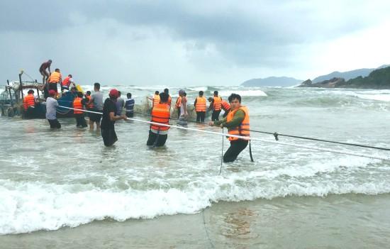 Cứu kéo thuyền đánh cá bị chìm trên biển Lăng Cô 140