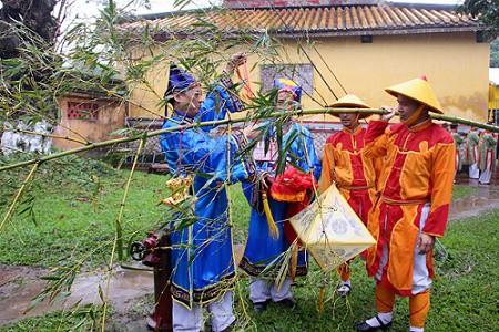 Nghi thức dựng nêu ngày tết được tái hiện tại Đại Nội Huế.