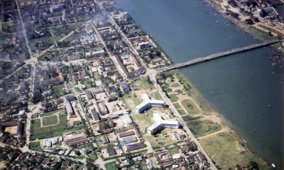 Cầu Trường Tiền nhìn từ máy bay, cảnh đẹp như tranh ở sông Ô Lâu, đời thường ở xóm vạn đò... là những hình ảnh quyến rũ về Huế năm 1966.