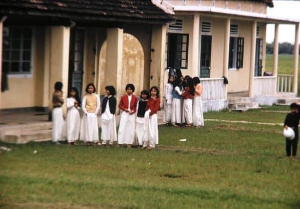 Nữ sinh áo dài trên sân trường.