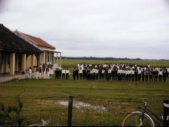 Học sinh xếp hàng trên sân trường.