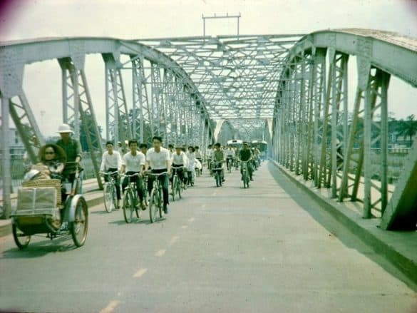 Trên cầu Trường Tiền, Huế năm 1966. Loạt ảnh do cựu binh Mỹ Ted Dexter thực hiện.