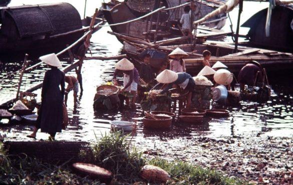 Cảnh sinh hoạt tại bờ sông Hương, Huế năm 1966.
