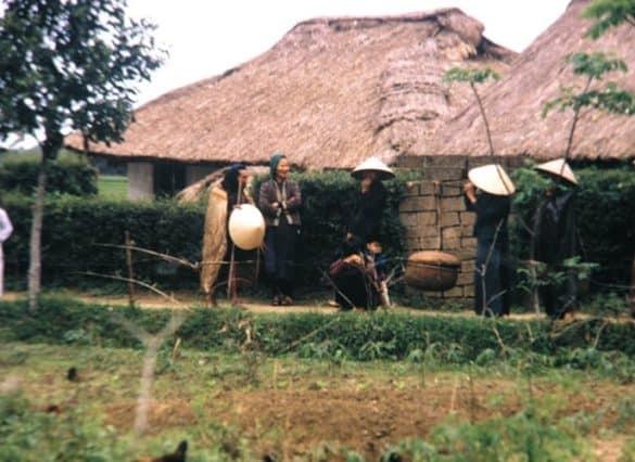 Những người phụ nữ tán chuyện bên đường làng.