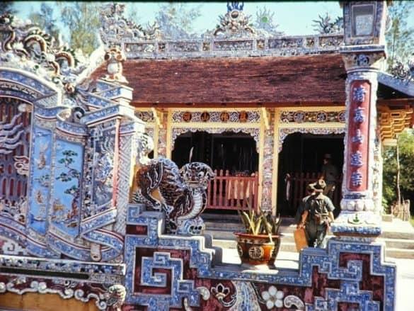 Lính Mỹ khám phá một khu lăng mộ ở Huế.