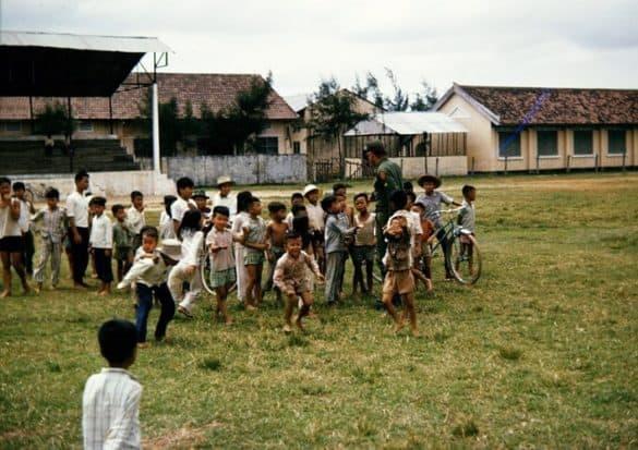 Trẻ em trong sân trường.