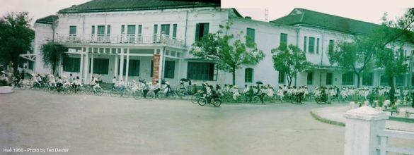 Giờ tan trường trên đường Lê Lợi.