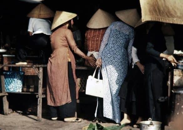 Những người phụ nữ mặc áo dài đi chợ - nét văn hóa Huế đặc trưng.
