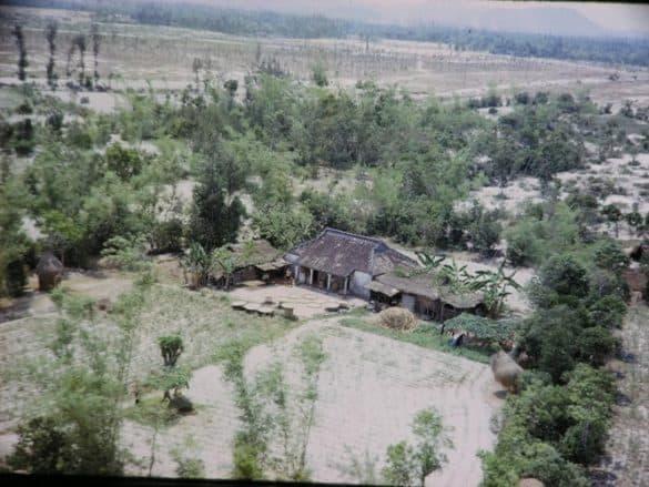 Một khu nhà ở vùng nông thôn Huế năm 1966.