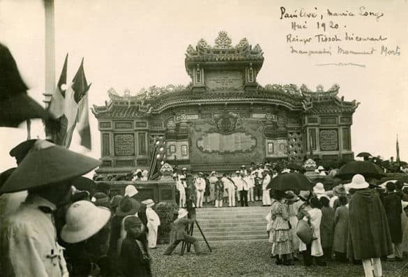 Lễ khánh thành Bia Quốc học Huế, ngày 23/9/1920. Công trình này được xây để tưởng niệm những binh sĩ người Pháp và người Việt ở Trung kỳ đã chết trong hàng ngũ của quân Pháp trong Chiến tranh thế giới lần thứ nhất.