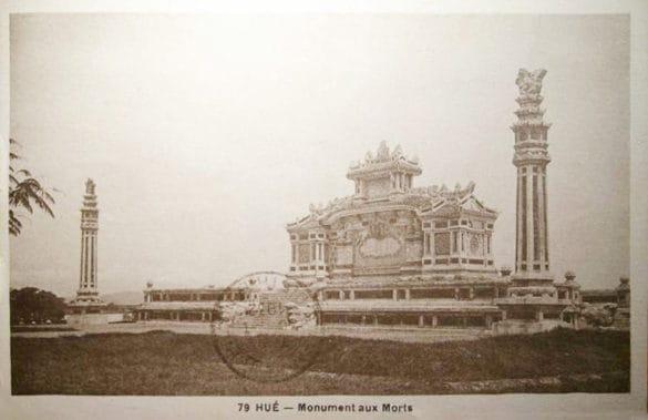 Công trình lịch sử này trong tấm bưu thiếp in năm 1931. Việc tổ chức tuyển mẫu thiết kế đài tưởng niệm đã diễn ra từ ngày 10/4 - 3/5/1920. Trong bốn đồ án dự thi, hội đồng đã chọn đồ án của tác giả Tôn Thất Sa, giáo viên trường Bá công Huế, với giải thưởng là 80 đồng.
