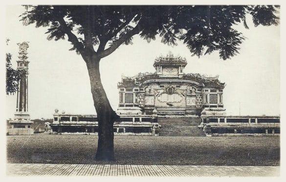 Bia Quốc học Huế trong bức ảnh không rõ năm chụp, đầu thế kỷ 20. Công trình được khởi công xây dựng ngày 12/5/1920; kinh phí thi công là gần 10.000 đồng, và hoàn thành ngày 18/9 cùng năm.