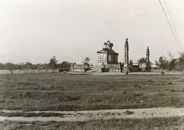 Toàn cảnh bờ sông Hương nơi đặt đài tưởng niệm, 1924. Theo đề xuất của hội đồng, công trình này được xây dựng theo hình dáng là một bình phong lớn, có hai tầng, có mái che, xây trên nền hai bậc thềm. Chính giữa có hình huy chương treo trên một tấm kim khánh. Hai bên đài còn có hai trụ biểu.
