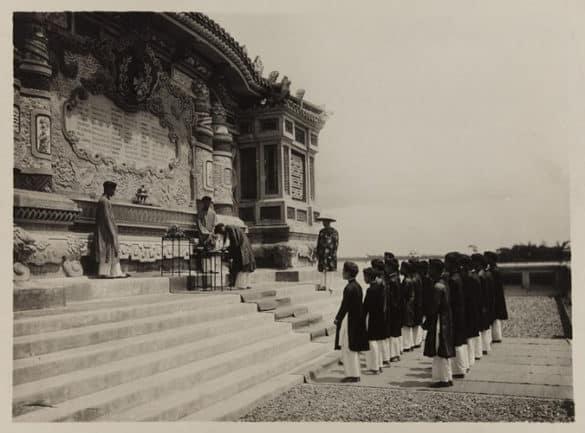 Lễ dâng cúng rượu tại bia Quốc học Huế, năm 1930.