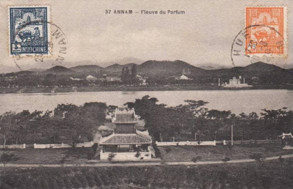 Tấm bưu thiếp in hình sông Hương - núi Ngự, đầu thế kỷ 20. Bia Quốc học Huế nằm bên kia sông, ở bên phải.