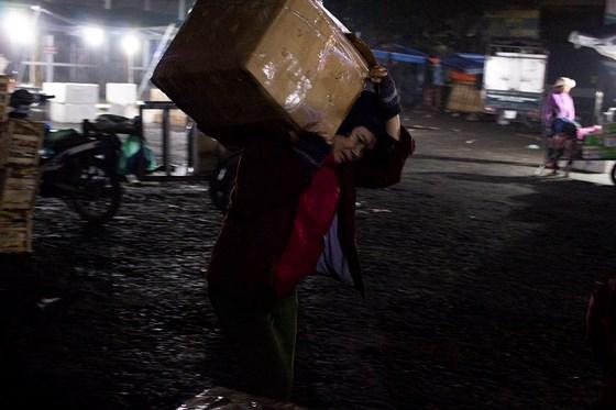 Nhọc nhằn phận nữ bốc vác tại chợ Đông Ba ngày giáp Tết