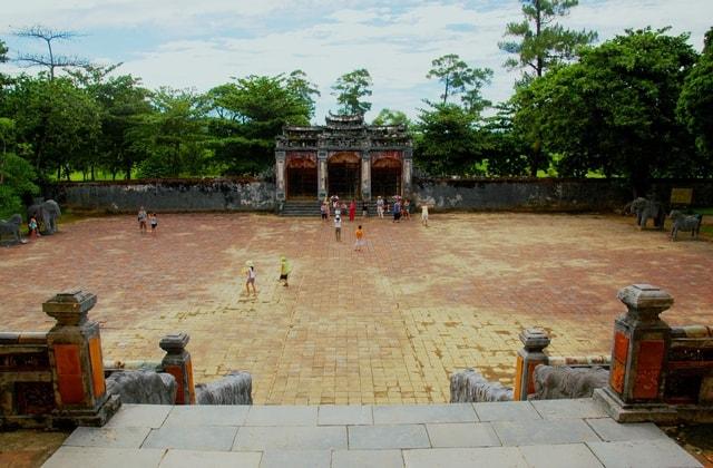 Bái đình rộng mênh mông được lát gạch Bát tràng, giữa là Đại Hồng Môn