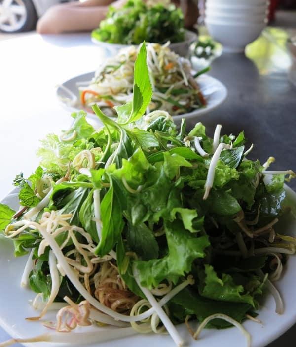 Dĩa rau sống cầu kỳ với đầy đủ những loại rau tươi mới