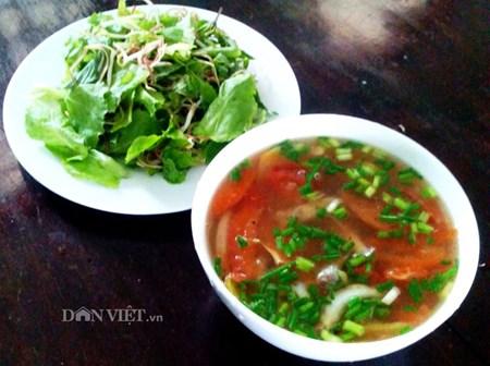 Canh chua các bống thệ ăn kèm với rau sống rất ngon, mát về mùa hè.