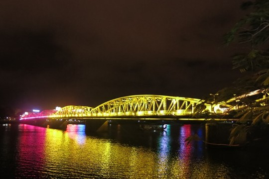 Cầu Trường Tiền rực rỡ trên sông Hương