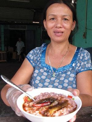 Đặc sản cháo gạo đỏ ăn với cá bống thệ kho rim.