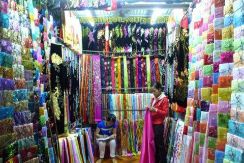 Gian hàng bán áo dài truyền thống Huế