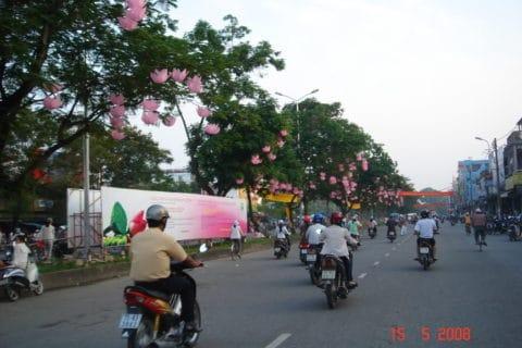 Đường phố trang hoàng trong những ngày lễ phật đản