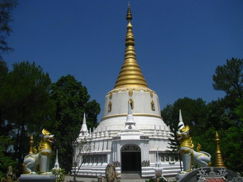Bảo tháp uy nghiêm và sừng sững được tôn thêm bởi hình ảnh con nghê