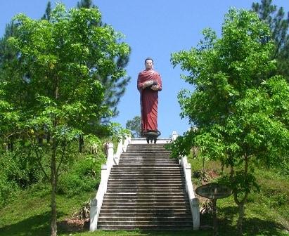 """Bên ngoài chùa có pho tượng """"Thế Tôn khất thực"""" cao khoảng 8 mét, rất uy nghiêm và từ ái"""