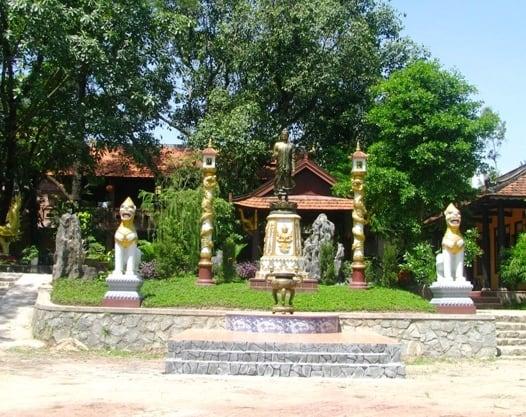 Tượng đức Phật uy nghi trong tăng bào đối diện cổng chào