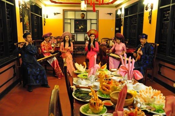 Thực khách có thể vừa thưởng thức bữa ăn vừa thưởng thức nhã nhạc cung đình Huế.