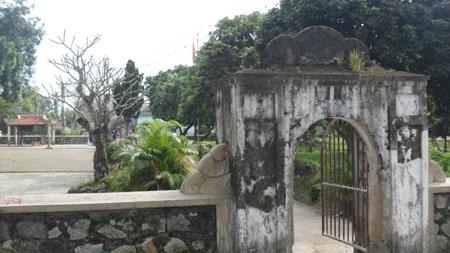 Cổng làng xây thấp và hẹp theo chủ ý của các vị tiền bối trong làng
