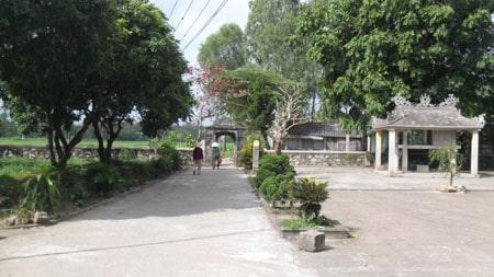 Cổng làng hướng Tây nhìn ra cánh đồng lúa xanh tốt